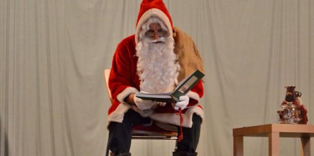 Der Nikolaus liest den Kindern Geschichten vor