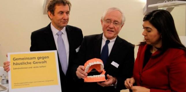 Sozialministerin Aygül Özkan zusammen mit dem Vorstandsvorsitzenden der KZVN, Dr. Jobst-W. Carl und dem Präsidenten der ZKN, Dr. Michael Sereny (v. r. n. l.). Foto: © KZVN