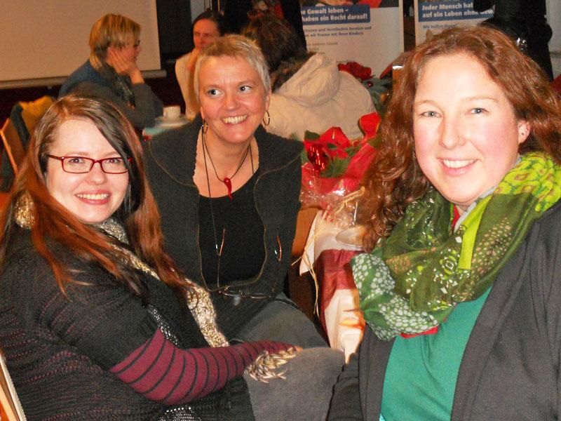 V.l.n.r.: Tanja Cossmann (ehemalige Praktikantin), Liane Neese und Bianca Dieckmann (Mitarbeiterin im Frauenhaus)