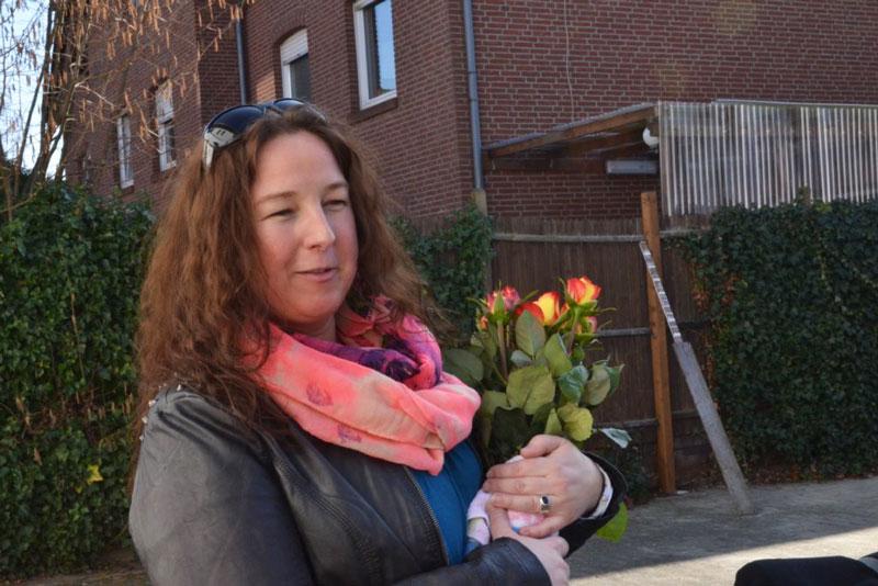 Bianca Dieckmann verschenkt Rosen zum Weltfrauentag