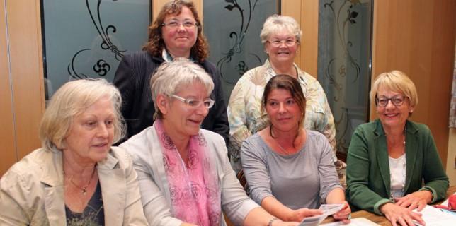 Der Vorstand des Netzwerkes gegen Häusliche Gewalt (v.l.): Rosl Kurella, Heimke Möhlenhof, Schutzhausleiterin Doris Wieferich, Ada Lampe, oben Sabine Pieschel und Ingrid Riehn (l.). Foto: © Mediengruppe Kreiszeitung
