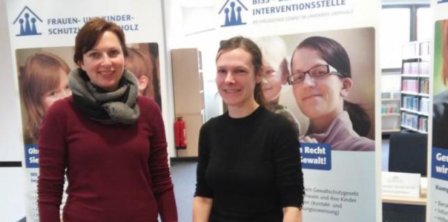 Manuela Grambart-Fiefeick und Silvia Lücke vom Netzwerk gegen Häusliche Gewalt mit ihrem Infostand auf dem Markt der Möglichkeiten am 21.02.2015 in Diepholz